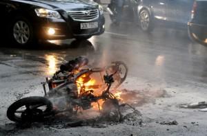Ngày 27/10/2011, chiếc Air Blade bốc cháy ngùn ngụt trên phố Hai Bà Trưng khiến người dân hoảng hốt. Ảnh Hoàng Hà.